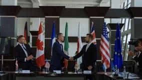 Políticos que agitam as mãos no acordo na negociação fotos de stock