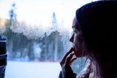 POLÔNIA - 5 DE DEZEMBRO: A mulher olha fixamente na neve antes de sair imagens de stock royalty free