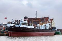 POLÔNIA, GDANSK - 18 DE DEZEMBRO DE 2011: Vista do cargueiro Soldek do navio-museu perto das construções históricas da ilha Olowi fotos de stock royalty free
