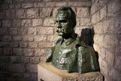 POLÔNIA, KRAKOW - 27 DE MAIO DE 2016: Busto de Jozef Pilsudski perto de sua sepultura no castelo de Wawel Imagem de Stock