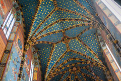 POLÔNIA, KRAKOW - 27 DE MAIO DE 2016: Interior do teto de um St Mary gótico medieval ' igreja de s em Krakow imagem de stock