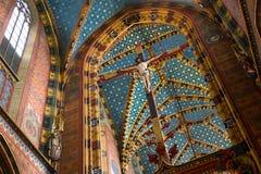 POLÔNIA, KRAKOW - 27 DE MAIO DE 2016: Interior do teto de um St Mary gótico medieval ' igreja de s em Krakow foto de stock royalty free