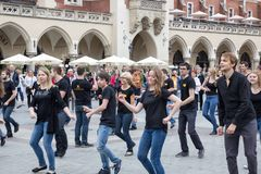 POLÔNIA, KRAKOW 02,09,2017 povos que dançam na rua Fotografia de Stock