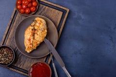 Polędwicowy kurczak na talerzu na tnącej desce Fotografia Royalty Free