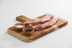 Polędwica kotlecików, solankowego i czarnego pieprz na drewnianej desce, Zdjęcia Stock
