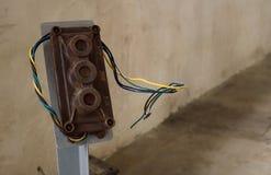 Pol för strömbrytareknapp för fabriksbruk Slut upp av gammalt och brutet p arkivfoton