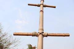 Pol för tappningstreetlightsbambu, gammalt rep på bambupol fotografering för bildbyråer