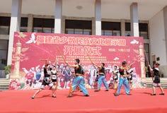 Pol för bambu för lek för dans för Shes nationalitetförbindelse beställnings- Royaltyfri Fotografi