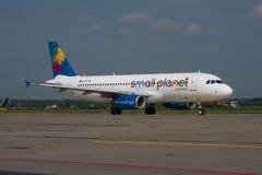 Polônia pequeno Airbus A320 das linhas aéreas do planeta Imagens de Stock
