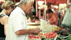 POLA, CROAZIA - 4 AGOSTO 2017 Verdure d'acquisto dell'uomo senior al mercato locale Fotografia Stock