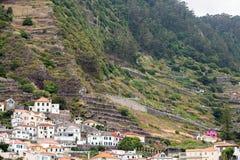 Pola i domy wzdłuż zachodniego wybrzeża blisko Porto Moniz na madery wyspie Fotografia Stock