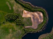 Pola i jezioro - powietrzna fotografia zdjęcie royalty free