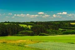 Pola i lasy w wzgórzach Zdjęcia Stock