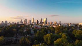Pola Mokotowskie Warsaw Park con la vista aerea della città e del lago video d archivio