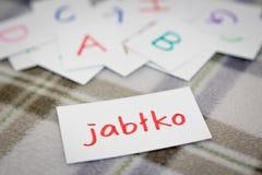 Polacco; Apprendimento della parola nuova con le carte di alfabeto; Scrittura del A Fotografia Stock Libera da Diritti