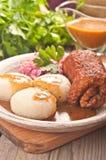 Polacco tradizionale, piatto Slesiano Rollè della carne con lo scarico della patata Fotografia Stock