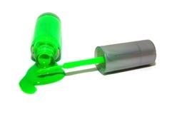 Polaco de clavo verde de neón derramado Fotos de archivo