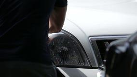 Polaco de linternas en un jeep blanco metrajes