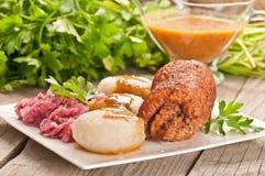 Polaco tradicional, plato silesio Trino de la carne con la descarga de la patata Imagenes de archivo