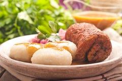 Polaco tradicional, plato silesio Trino de la carne con la descarga de la patata Fotografía de archivo