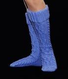Polainas azuis das lãs nos pés fêmeas Imagens de Stock Royalty Free