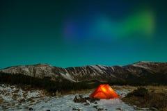Polair Nachtlandschap met verlichte tent en Polaire Lichten royalty-vrije stock afbeelding