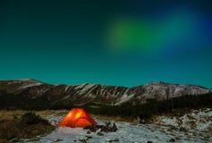 Polair Nachtlandschap met verlichte tent en Polaire Lichten stock afbeeldingen