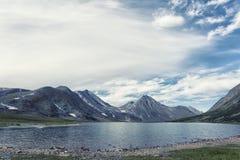 Polair Oeralgebergte, een de zomerlandschap met bergen royalty-vrije stock afbeelding