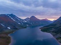 Polair Oeralgebergte, een de zomerlandschap op zonsondergang met bergen, een meer van Hadata stock fotografie