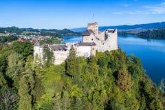 poland Castelo medieval em Niedzica Silhueta do homem de negócio Cowering Foto de Stock