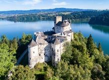 poland Castelo medieval em Niedzica Zamek Silhueta do homem de negócio Cowering Imagens de Stock