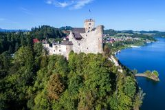 poland Château médiéval dans Niedzica Silhouette d'homme se recroquevillant d'affaires Images libres de droits