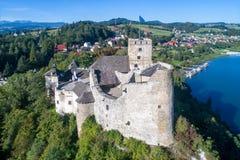 poland Château médiéval dans Niedzica Silhouette d'homme se recroquevillant d'affaires Photographie stock libre de droits