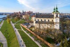 poland Krakow horisont med Skalka, Wawel och Vistula royaltyfri fotografi