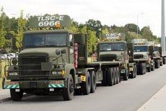 poland Sieganow Maj 2018 En eskortfartyg av amerikanska militära lastbilar i parkeringsplatsen av vilar ställen av handelsresande arkivbild