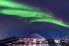 Polarer arktischer Nordlicht-aurora borealis-Himmelstern in Norwegen Svalbard in den Longyearbyen-Stadt-Reisebergen lizenzfreie stockfotos