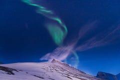 Polarer arktischer Nordlicht-aurora borealis-Himmelstern in Norwegen Svalbard in den Longyearbyen-Stadt-Reisebergen stockbild