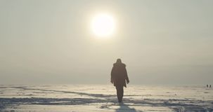 Polarer Forscher-Comes Back From-Sonnenuntergang stock video footage
