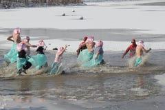 Polarer Messfinger Paralympische Spiele-Nebraska mit kostümierten Teilnehmern lizenzfreie stockfotos