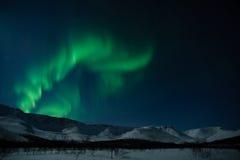 Polaris dell'aurora sopra le montagne Fotografia Stock