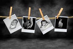 Polaroïd Pho d'enfant en bas âge et de mère photographie stock libre de droits