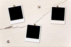 Polaroïd sur le mur criqué photographie stock libre de droits