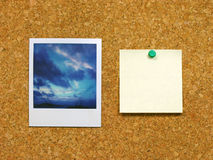 Polaroid & post-it no corkboard fotografia de stock