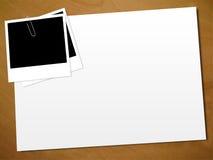 Polaroid auf einem Papier Stockfotografie