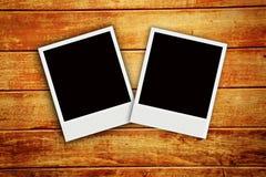 Polaroid dois com textura da placa de madeira Imagem de Stock Royalty Free