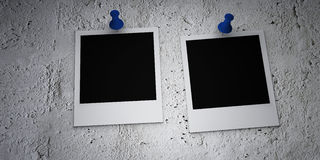 Polaroid- films die op een beschadigde muur worden gespeld Stock Fotografie
