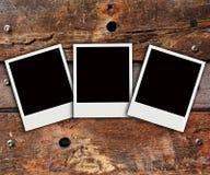 Polaroid- foto op houten achtergrond stock foto