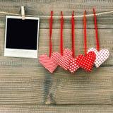 Polaroid fotografii ramowi i tekstylni czerwoni serca czerwona róża Obrazy Royalty Free
