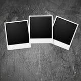 Polaroid- fotoramar på grungeväggen Arkivbild