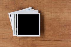Polaroid- fotoramar på träbakgrund Royaltyfri Bild